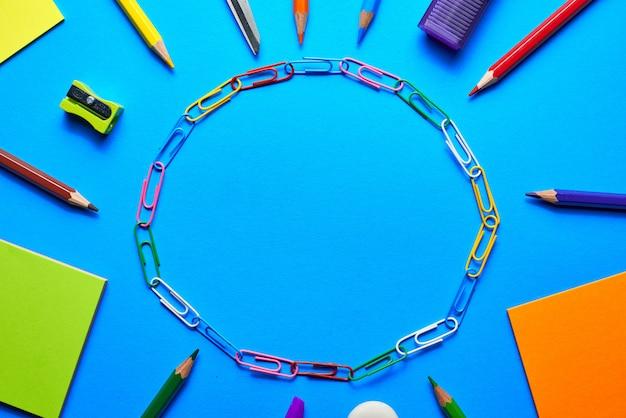 Schulbedarf auf vibrierendem blauem hintergrund