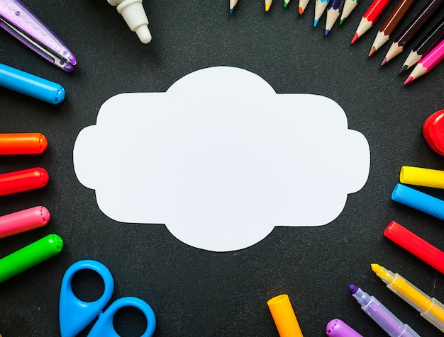 Schulbedarf mit leerem weißem anmerkungs- oder kartenhintergrund, draufsicht