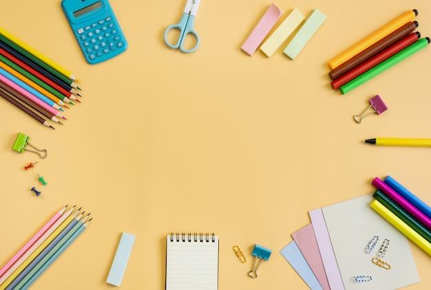 Schulbedarfbriefpapierausrüstung auf gelb