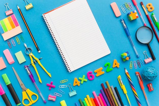Schulbildungshintergrund mit leerer hausarbeit für kopienraum.