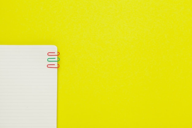 Schulbriefpapier auf einer gelben tabelle ,. kreativ, lehrreich bunt