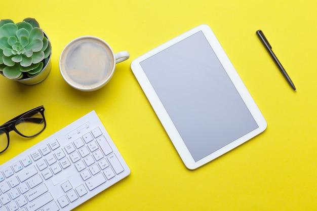 Schulbriefpapier auf einer gelben tabelle ,. kreative, lehrreiche bunte vorlage