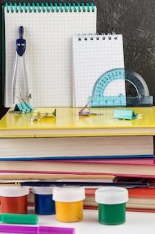 Schulbriefpapier auf einer tabelle vor tafel.