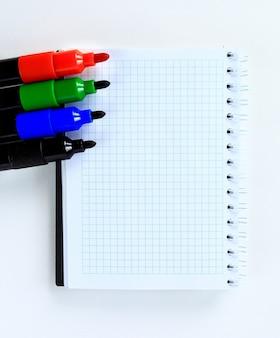 Schulbriefpapier isoliert über weiß mit copyspace