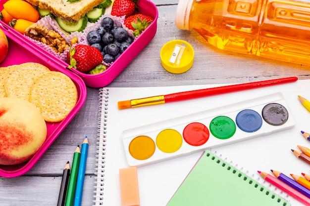 Schulbrotdose mit schulmaterial