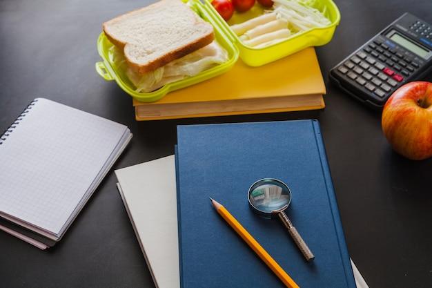Schulbücher und snacks