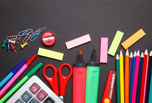 Schulbüroartikel auf einer tafel