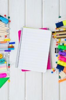 Schuldekoration mit zwei notizbüchern