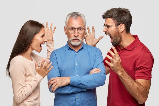 Schuldiger grauhaariger bärtiger älterer mann hält arme verschränkt