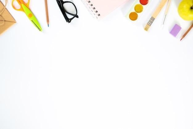 Schule bunt liefert grenze isolatesd auf weißem hintergrund, flache lage, draufsicht, zurück zur schule, kopienraum