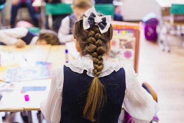 Schule und schüler, kinder schreiben und machen den job, der lehrer fragt die lektion, schreibt, lernt neu