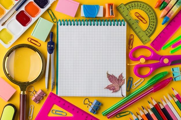 Schulheft und verschiedene schreibwaren. bildungskonzept.