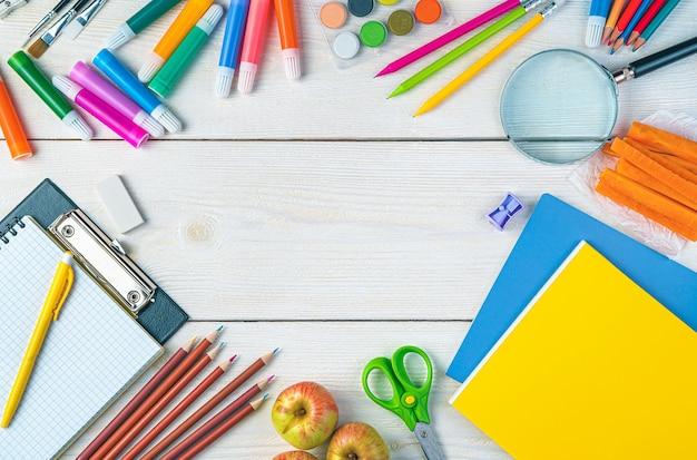 Schulhintergrund ein briefpapierrahmen auf weißem hintergrund