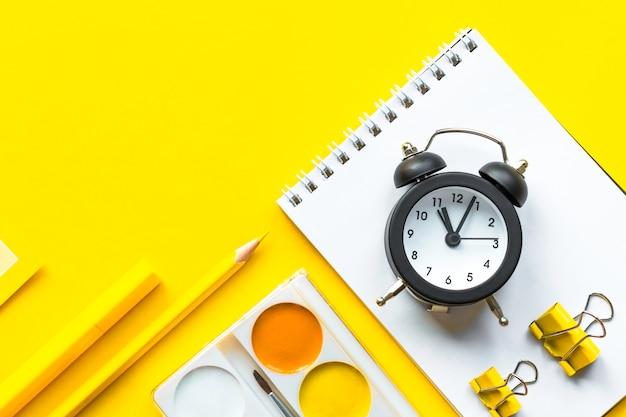 Schulhintergrund mit schulbedarf auf gelb, kopierraum