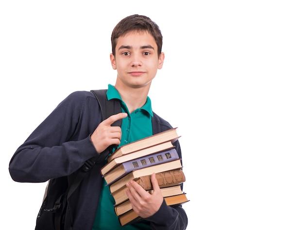 Schuljunge, der einen stapel bücher, lehrbuch lokalisiert auf weißem hintergrund hält. nahaufnahme.