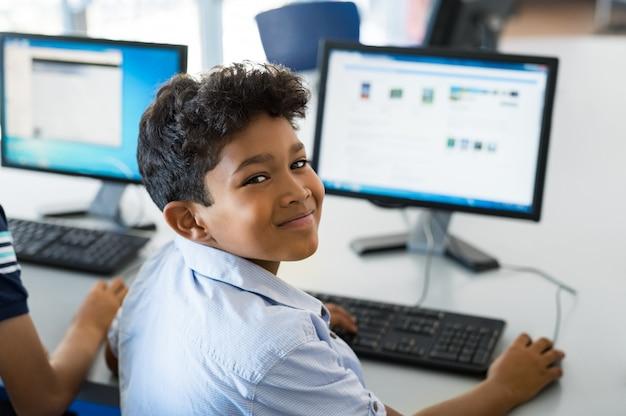 Schuljunge mit computer
