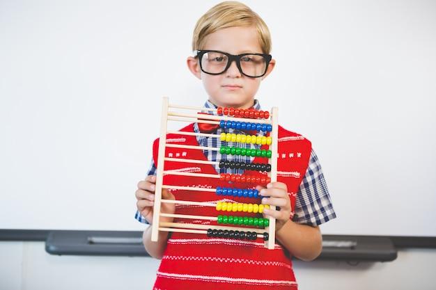 Schulkind, das vorgibt, lehrer zu sein
