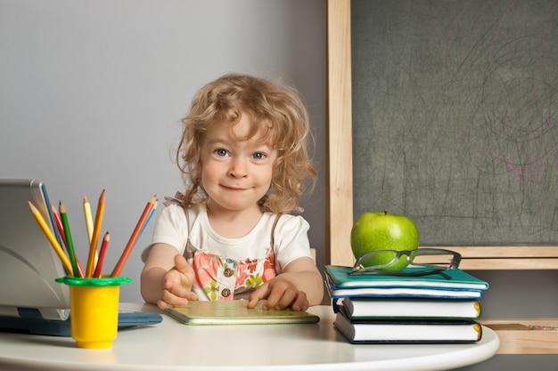 Schulkind in der klasse gegen tafel