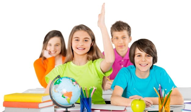 Schulkind mit erhobener hand im klassenzimmer