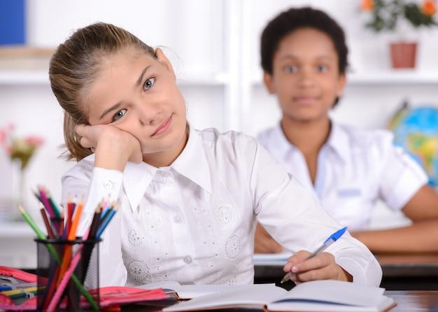 Schulkind mit lehrer im klassenzimmer während des unterrichts.