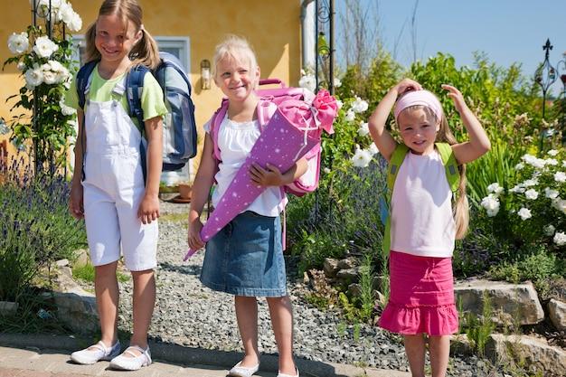 Schulkinder auf dem weg zur schule