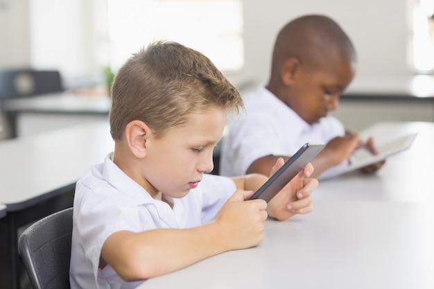 Schulkinder, die digitales tablett im klassenzimmer verwenden