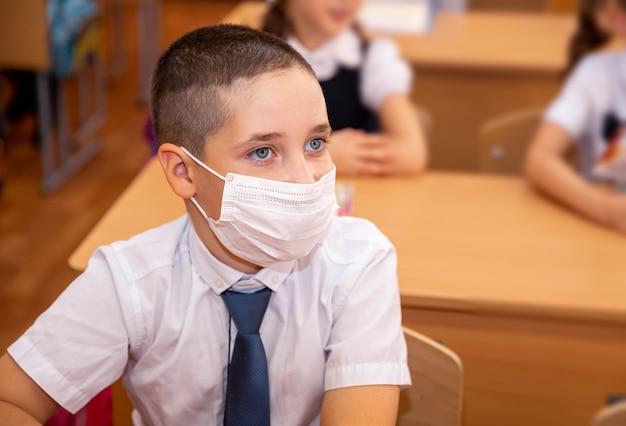 Schulkinder, die eine klasse im klassenzimmer besuchen