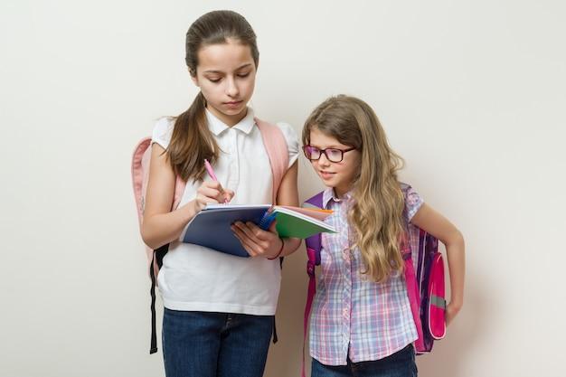 Schulkinder freundinnen