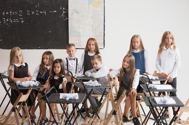 Schulkinder im klassenzimmer im unterricht.