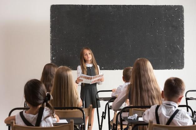 Schulkinder im klassenzimmer im unterricht