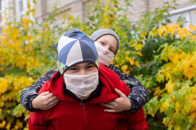 Schulkinder in schutzmasken auf der straße
