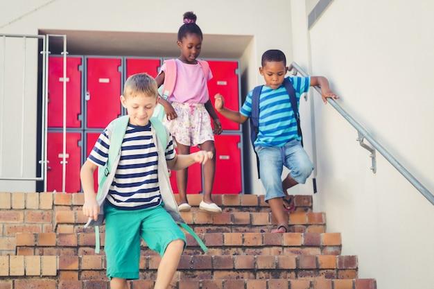 Schulkinder runter von der treppe