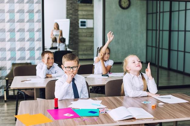 Schulklasse mit schülern und lehrer, in der es einen unterhaltsamen informativen unterricht gibt