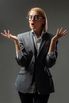 Schulkonzept silhouette einer ernsthaften lehrerin im brillenbildungskonzept schulporträt von