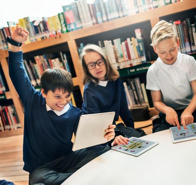 Schullehrer-unterrichts-studenten, die konzept lernen
