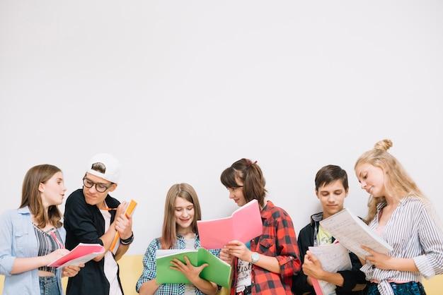 Schulleute coworking mit notizblöcken