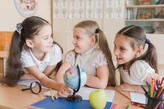 Schulmädchen, die während der Pause sich verständigen