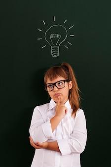 Schulmädchen auf der suche nach einer idee