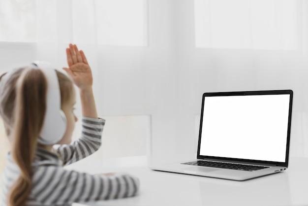 Schulmädchen, das online-klassen besucht