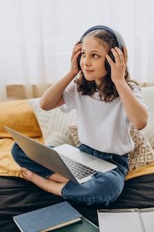 Schulmädchen, das zu hause studiert, fernes lernen