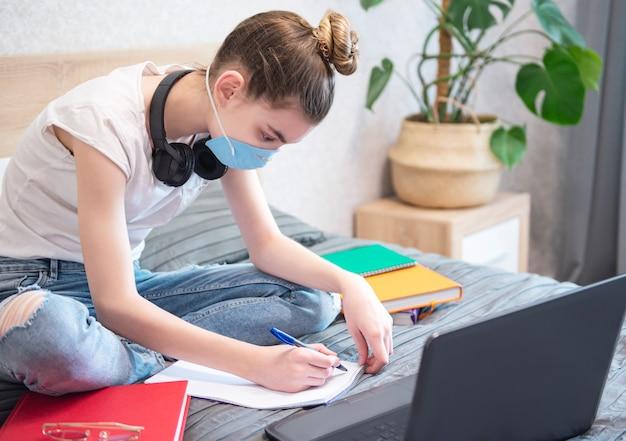 Schulmädchen, das zu hause studiert