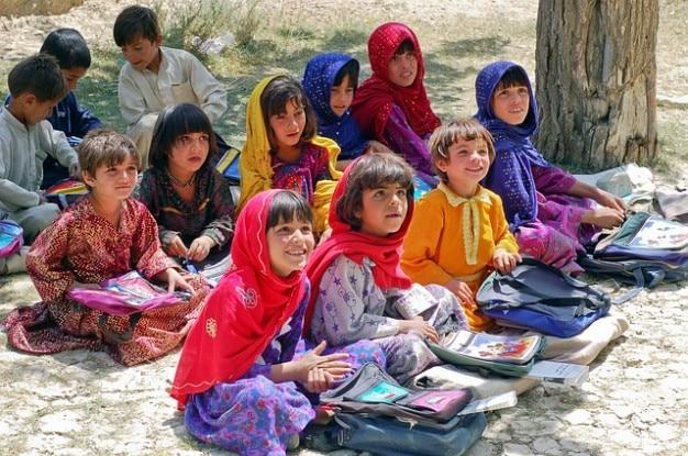 Schulmädchen lernen muslime schulem afghanistan mädchen