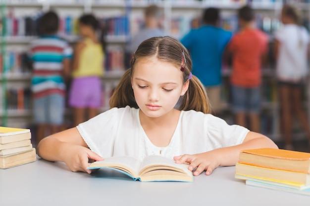 Schulmädchen lesebuch in der bibliothek