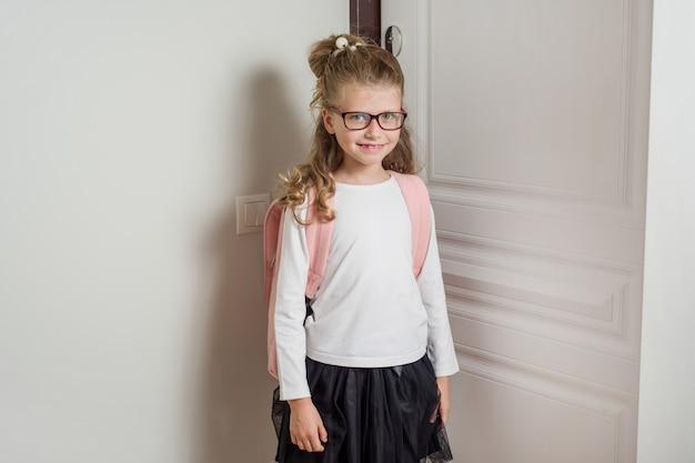 Schulmädchen mit blonden haaren zur schule gehen