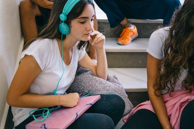 Schulmädchen mit kopfhörer