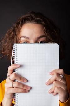 Schulmädchen mit notizbuch