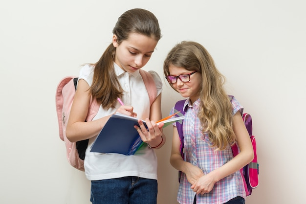 Schulmädchen mit rucksäcken, bücher