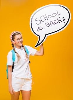 Schulmädchen mit spracheblasenschablone