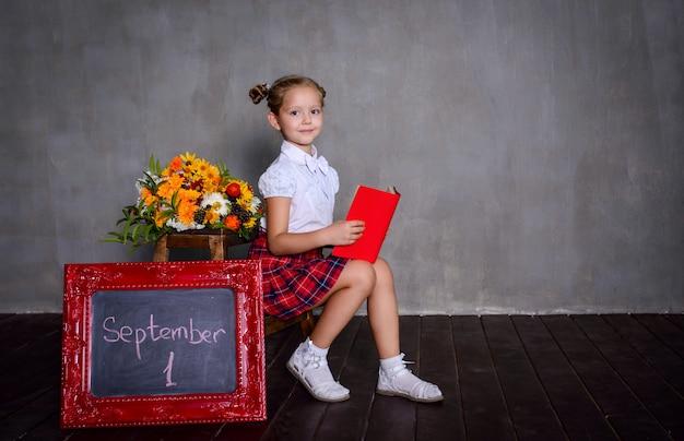 Schulmädchen mit tafel. schulkonzept