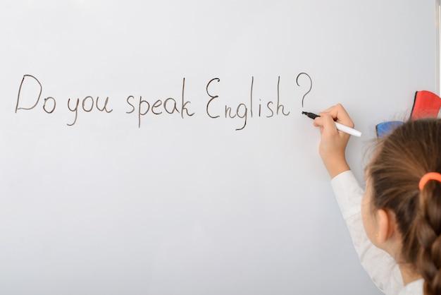 Schulmädchen schreiben inschrift sprechen sie englisch